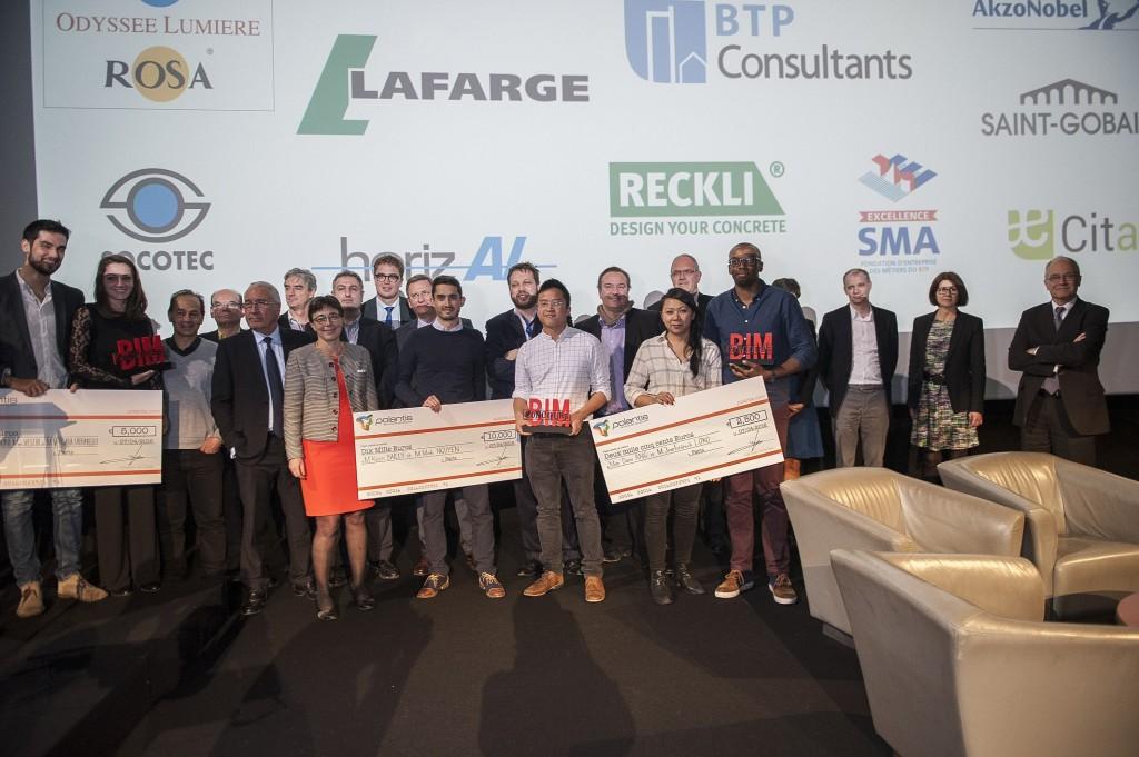 Le maire remet des prix aux lauréats du concours d'architecture de Polantis